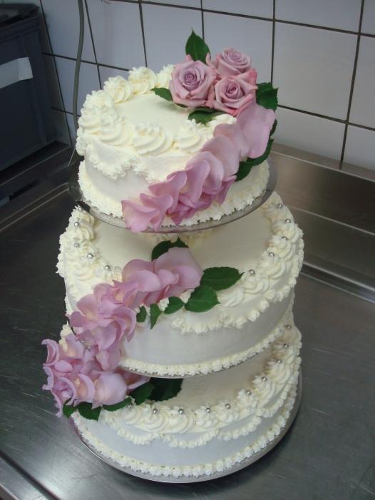 Hochzeitstorte mit echten Blütenblättern