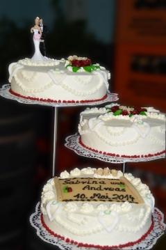 Hochzeitstorte mit bordeauxroten Rosen