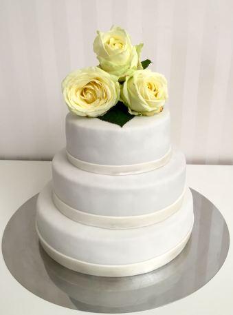 Gestapelte Hochzeitstorte mit echten Rosen
