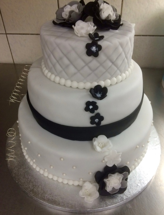 Hochzeitstorte schwarz-weiß